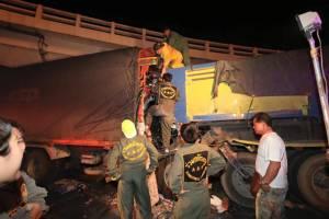พ่วง 18 ล้อเสยท้ายรถบรรทุกหินทางยกระดับร่มเกล้า คนขับติดคาซากร่วม 2 ชม.