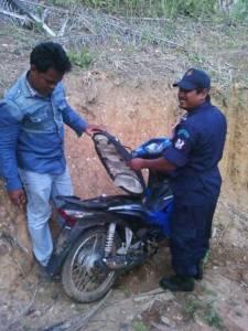 พบ จยย.ซุกสวนปาล์มชายแดนไทย-พม่า จ.ระนอง คาดแก๊งลักรถนำมาซ่อนก่อนพาข้ามแดน