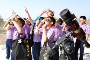 """จัดเต็ม! หอดูดาวโคราชขนกล้องอุปกรณ์ให้ชมฟรี """"สุริยุปราคา"""" เตือนห้ามมองตาเปล่า-ผ่านกล้องมือถือ"""