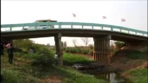 """สั่งปิดสะพานข้ามคลอง """"เสนา-ลาดบัวหลวง"""" กรุงเก่า ทรุดตัวยาว 100 เมตร หวั่นเกิดอันตราย"""