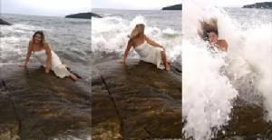"""หวังเป็น """"นางเงือก"""" สาวโพสต์ท่าไม่ดูสถานที่ เจอคลื่นซัดตกทะเลที่บราซิล [ชมคลิป]"""