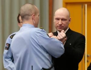 """มือปืนนอร์เวย์สังหารหมู่ 77 ศพ ชูมือขวา """"ไฮล์ ฮิตเลอร์"""" ในศาล-โอดถูกจับ """"ขังเดี่ยว"""" ไร้มนุษยธรรม"""