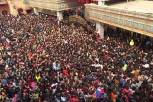 (ชมภาพ) สวนสนุกจีนเปิดให้เข้าฟรีวันจันทร์ คนแห่รับบัตรฯ