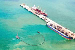 ทัพเรือภาคที่ 1 ร่วม IRPC ซ้อมแผนสกัดคราบน้ำมันรั่วไหลในทะเล