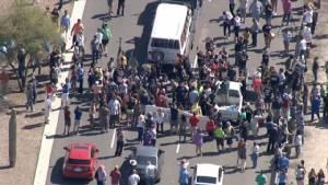 """""""กลุ่มต้านทรัมป์"""" ประท้วงขวางถนนในแอริโซนา หวังล้มการชุมนุมหาเสียง"""