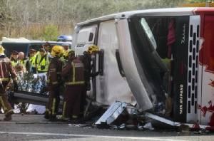 รถบัสนักศึกษาแลกเปลี่ยนเสียหลักพุ่งชนขอบทางในสเปน ดับ 13 ศพ เจ็บอื้อ