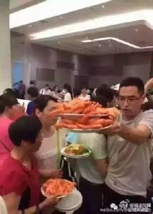 ชาวเน็ตจีนสวดยับทัวร์จีนรุมทึ้งกุ้งในไทย ทำอับอายขายหน้า! (ชมคลิป)