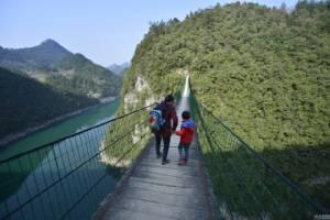 """ท้าทายคนกล้าบุก """"สะพานแขวน"""" บ้านๆ สูงร่วมร้อยเมตรในจีน (ชมภาพ)"""
