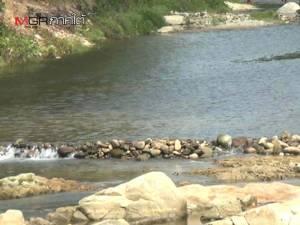 ตรังแล้งหนักกระทบน้ำตกแนวเทือกเขาบรรทัด ต้องใช้ก้อนหินขวางชะลอน้ำ