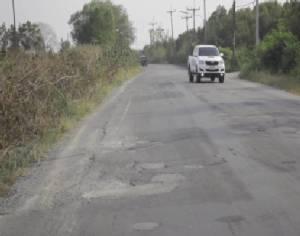 """""""ชาวหนองบัว"""" จันทบุรี สุดทนถนนชำรุดมานานไม่หวังพึ่งหน่วยงานลงมือช่อมเอง"""
