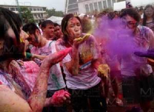 สาดสีสุดสนุก เทศกาลสาดสีโฮลีใหญ่ที่สุดในประเทศไทย ที่ มธ.ท่าพระจันทร์
