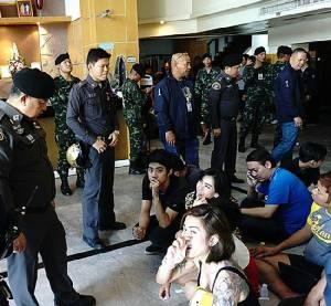ทหาร-ตำรวจทลาย 2 ผับปาร์ตียา ย่านสุทธิสารตรวจนักเทียวพบเป็นสี่มวง 110 ราย