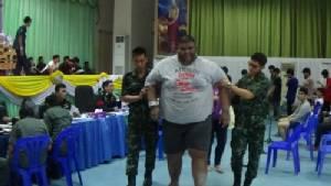 หนุ่มร่างยักษ์หนักร่วม 300 กิโลฯ สาวประเภทสองเกณฑ์ทหาร