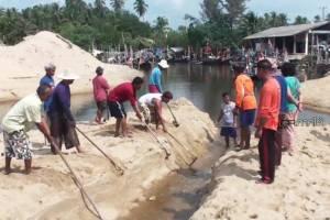 ชาวประมงที่ชุมพรวอนรัฐช่วยหลังคลื่นซัดทรายปิดปากคลองจนออกเรือไม่ได้