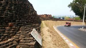 เทศบาลเชียงใหม่ชี้นักท่องเที่ยวต่างชาติตั้งเต็นท์นอนบนกำแพงเมืองกระทบความเชื่อ-เร่งล่าตัวตักเตือน