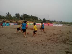น้ำแม่แจ่มแห้งขอดผุดเนินทรายขนาดใหญ่ ท้องถิ่น 2 อำเภอชวนเยาวชนแข่งกีฬาคลายร้อน