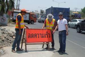 บุรีรัมย์ระดมติดป้ายสัญญาณไฟจุดเสี่ยงบนถนน ป้องกันอุบัติเหตุสงกรานต์