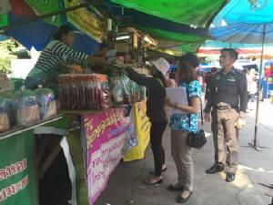 พ่อค้าแม่ค้าท่าเสด็จเตรียมสินค้าให้นักเที่ยวชอปปิ้งช่วงสงกรานต์