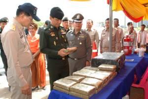 """""""มทภ.2"""" ควงผู้ว่าฯ โคราช ตรวจจุดบริการรับมืออีสานทะลักสงกรานต์ - จับฉวยขนกัญชา 278 กก."""