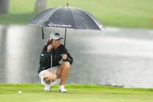 การเล่นกอล์ฟกลางสายฝน / โปรเปิ้ล-ษาริณี เล็กสุวรรณ