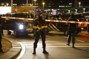 """ยุโรปผวาซ้ำ! อพยพผู้โดยสาร """"สนามบินอัมสเตอร์ดัม"""" หลัง ตร.เนเธอร์แลนด์บุกรวบชายต้องสงสัย"""