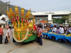 ไทย-พม่า ร่วมทำบุญตักบาตรสองแผ่นดินในวันขึ้นปีใหม่ไทยที่ด่านสิงขรคึกคัก