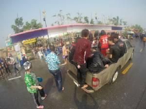 ชาวนครพนมเริ่มเล่นน้ำสงกรานต์ถนนข้าวปุ้นสุดคึกคัก