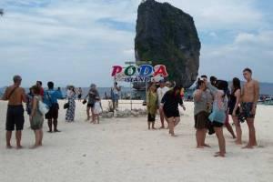กระบี่คึกคักคนไทย-นทท.พาครอบครัวเที่ยวทะเล