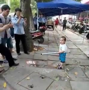 """ลูกผู้ชายตัวจริง! อาตี๋น้อยควงกระบองเหล็ก ป้อง """"อาม่า"""" จากเทศกิจ[ชมคลิป]"""