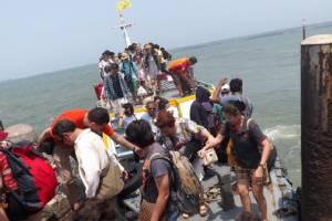 นักท่องเที่ยวแห่เดินทางกลับจากเกาะสีชัง เพื่อเลี่ยงการจราจรที่แออัดในวันพรุ่งนี้