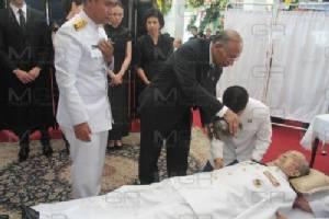 """""""ในหลวง"""" โปรดเกล้าฯ สวดพระอภิธรรม """"หัสวุฒิ"""" รับศพไว้ในพระบรมราชานุเคราะห์ 3 วัน"""