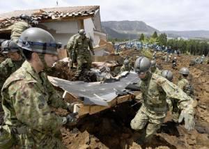 """หน่วยกู้ภัยญี่ปุ่นเร่งค้นหาผู้รอดชีวิต  หวั่นดินถล่มซ้ำ-ยอดตายขึ้นเป็น 41 """"โตโยต้า-โซนี่-ฮอนด้า"""" สำรวจความเสียหาย"""