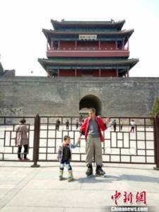 พ่อจูงมือตี๋น้อย 4 ขวบ ใส่โรลเลอร์สเก็ตเดินทาง 549 กม. สอนบทเรียนชีวิตดั่งการเดินทาง (ชมภาพ)