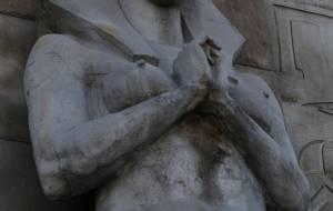อึ๋มมากไปแล้วเพ่!  ชาวเน็ตจีนสวดยับกำแพงรูปปั้นคลีโอพัตรา