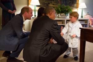 """""""เจ้าชายจอร์จ"""" วัย 2 พรรษา ยอมนอนดึกรอเจอ ปธน.โอบามา (ชมคลิป)"""