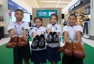 """น้องๆ มีเฮ """"พาน้องไปโรงเรียนปี 4"""" เริ่มแล้ว เทสโก้ โลตัส ตั้งเป้ามอบรองเท้านักเรียนใหม่ 22,000 คู่ พร้อมชวนคนดังนำรองเท้าประมูล"""