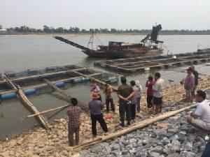 พายุซัดแรง! พัดเรือดูดทรายลาวข้ามฝั่งกระแทกกระชังปลาเสียหาย