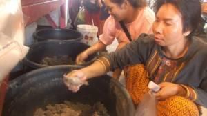 แห่ซื้ออึ่งอ่างหลังฝนแรกตก เมนูเด็ดของชาวอีสาน