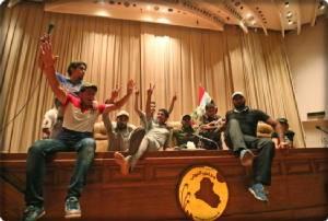 ประท้วงบุกรัฐสภาตบหน้า 2 สมาชิกผู้ทรงเกียรติฉาดใหญ่ นายกฯ อิรักกริ้วจัด ออกคำสั่งจับม็อบแบกแดด