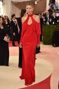 """""""มาเรีย"""" โผล่งานแฟนชัน สวมชุดแดงผ้าซาตินแนบเนื้อเน้นสัดส่วน"""