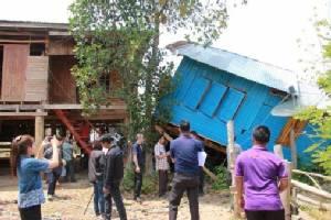ผู้ว่าฯ เร่งซับน้ำตาเหยื่อพายุถล่มศรีสัชนาลัย พบบ้านพังทะลุ 700 หลัง