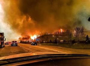 """ชมภาพมุมโดรนไฟป่า :""""แคนาดา""""ประกาศภาวะฉุกเฉินหลังไฟป่าแอลเบอร์ตาย่างเข้าสู่วันที่ 4"""