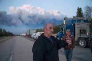 แคนาดาเตรียมใช้ขบวนรถย้ายผู้อพยพหลายหมื่นคนหนี 'ไฟป่า' หลังพาขึ้นเครื่องบินออกไปแล้ว 8,000 คน