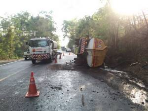 ระทึก! รถบรรทุกน้ำมันหมื่นลิตรเสียหลักแหกโค้งพลิกทับรถเก๋งพังยับเจ็บ 4 ชาวบ้านไม่หวั่นแห่นำถังลองน้ำมันทันที