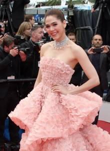 """สวยจนตะลึง!! ภาพชุด """"ชมพู่ อารยา"""" เดินพรมแดงพิธีเปิดเทศกาลภาพยนตร์เมืองคานส์"""