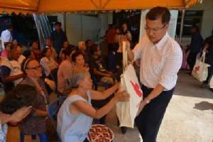 มอบถุงยังชีพ 400 ถุงให้เหยื่อพายุซัดชาวอุดรฯ หนุ่มถูกหวย 30 ล้านก็รับแจกด้วย