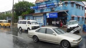 ฝนตกถนนลื่นกระบะเสียหลักพุ่งชนร้านจำหน่ายเครื่องเขียนเมืองอ่างทองพัง