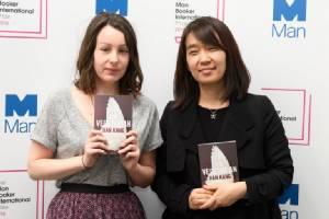 """นักเขียนเกาหลีใต้คว้ารางวัลวรรณกรรม """"แมน บุ๊กเกอร์ อินเตอร์เนชันแนล"""" คนแรกของประเทศ"""