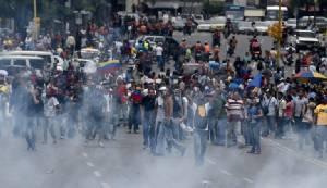"""ตร.เวเนฯ ยิงแก๊สน้ำตาสลายผู้ชุมนุมเรียกร้องประชามติขับ """"ปธน.มาดูโร"""" ออกจากตำแหน่ง"""