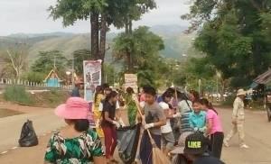 ไทย-พม่าพร้อมใจกวาดขยะที่ด่านพระเจดีย์สามองค์ ป้องกันน้ำเน่าซ่วงฝนตก
